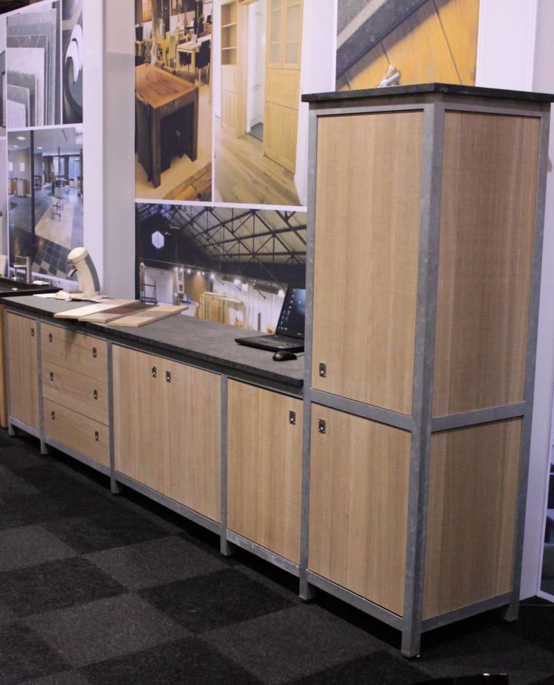 Keuken staal natuursteen eiken te boveldt meubelmakerij interieurbouw - Keuken steen en hout ...