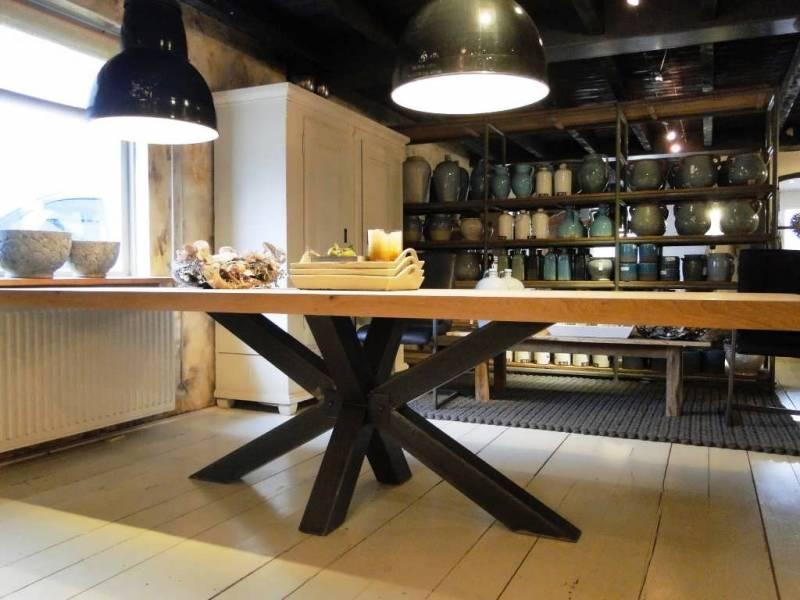 Moderne eettafel onderstel zwart staal te boveldt meubelmakerij interieurbouw - Moderne eettafel ...