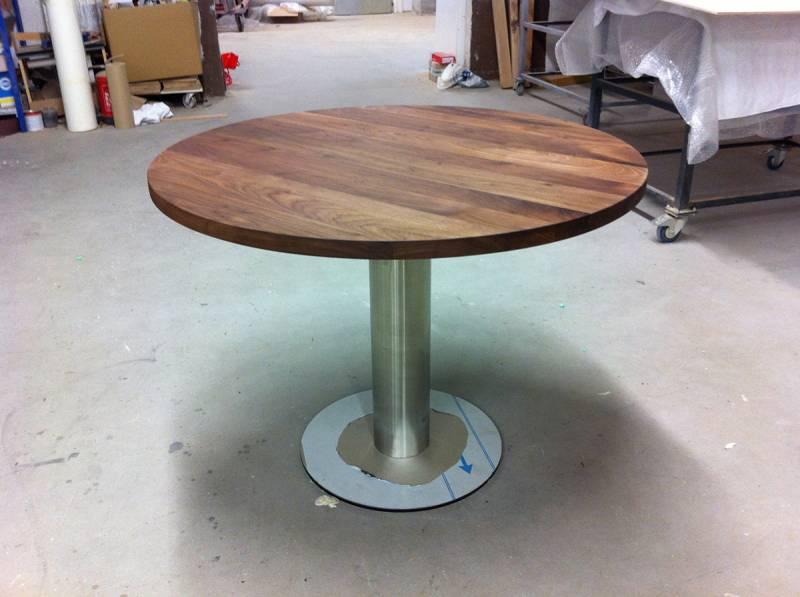 Ronde tafel walnotenhout met rvs voet   Te Boveldt Meubelmakerij  u0026 Interieurbouw