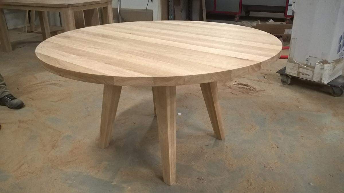 Ronde tafel eikenhout tapse poten schuin te boveldt meubelmakerij