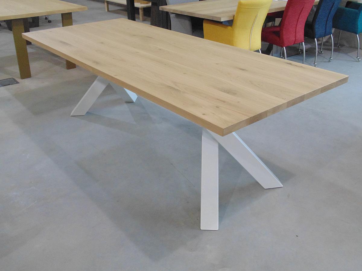 Eettafel modern eiken gepoedercoat staal schuin te boveldt meubelmakerij interieurbouw - Eettafel moderne ...