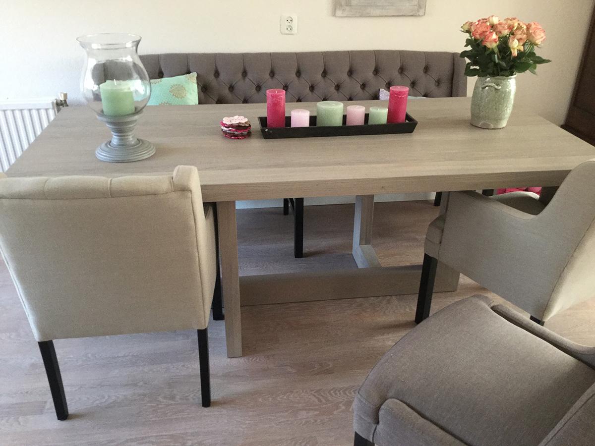 Eettafel unieke poot met stoelen en bank te boveldt meubelmakerij interieurbouw - Tapijt onder de eettafel ...