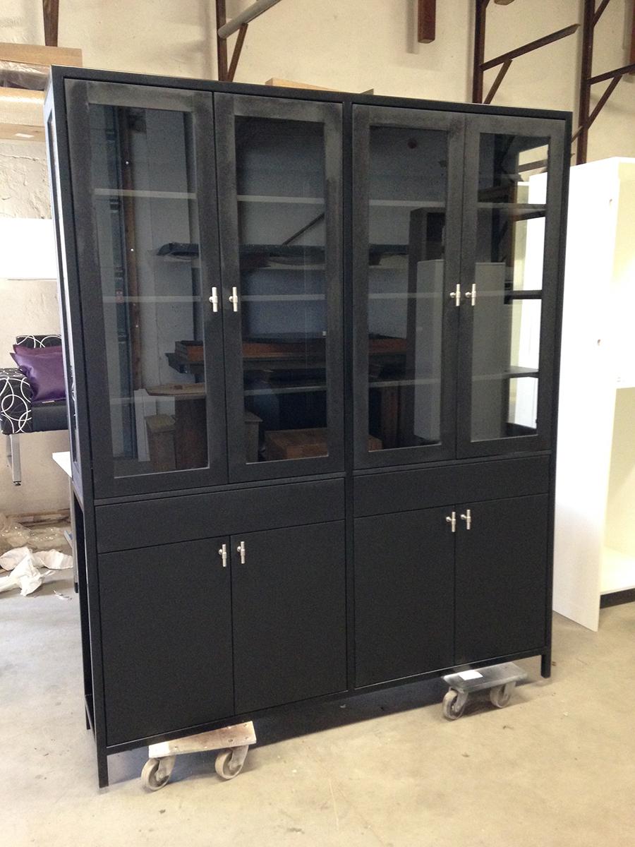 Buffetkast zwart mdf glas gepoedercoat staal te boveldt meubelmakerij interieurbouw - Keuken glas werkplaats ...