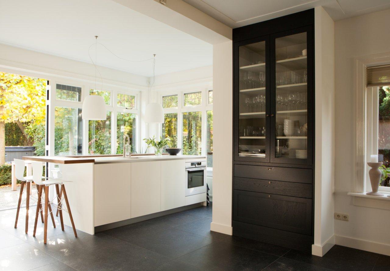 Keuken modern eikenhout wit zwart design te boveldt meubelmakerij interieurbouw - Keuken back bar ...