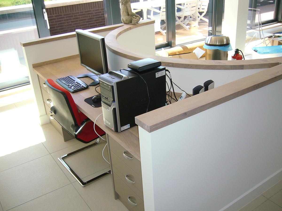 Bureau maatwerk rond eikenhout in nis te boveldt meubelmakerij