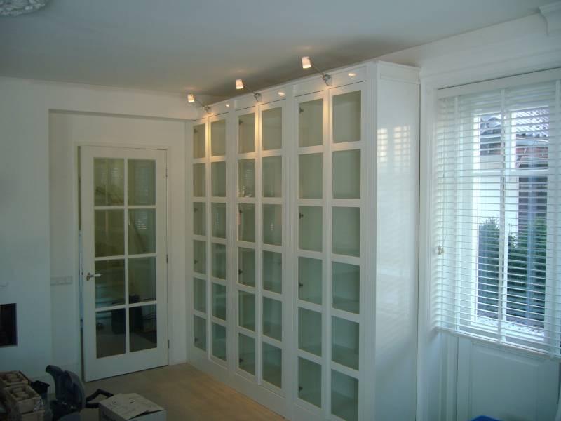 boekenkast met glazen deuren