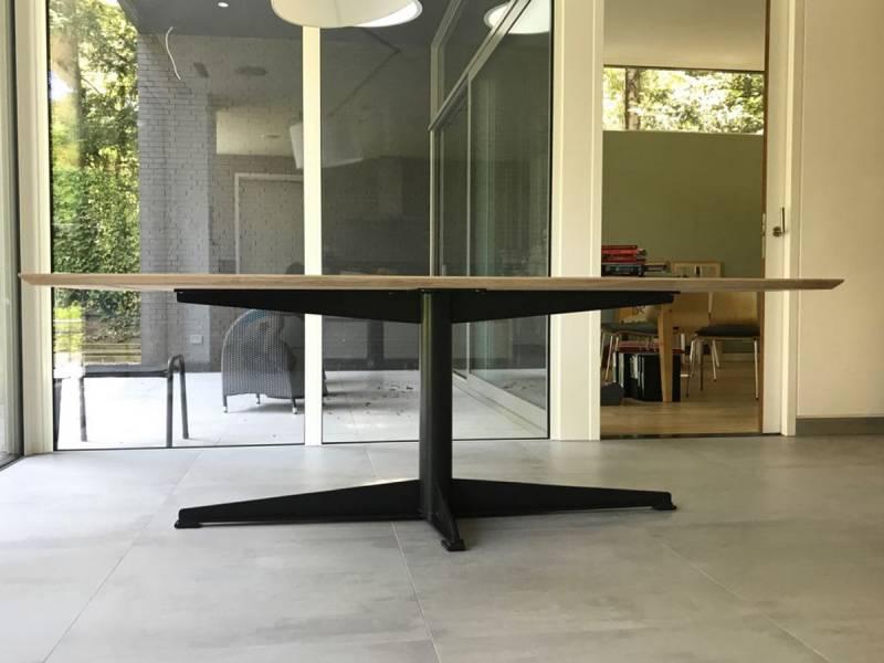 Eettafel eikenhout gepoedercoat staal modern te boveldt for Eettafel modern