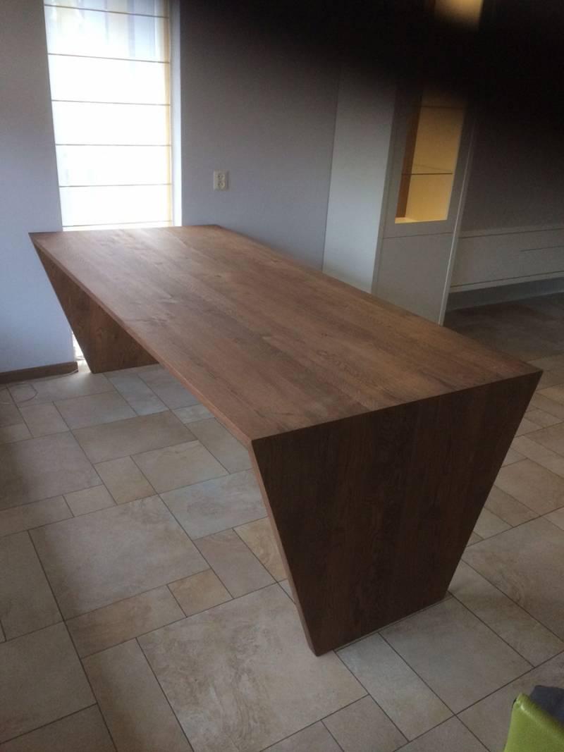 Eettafel modern schuine poot eikenhout massief te boveldt meubelmakerij interieurbouw - Eettafel moderne ...