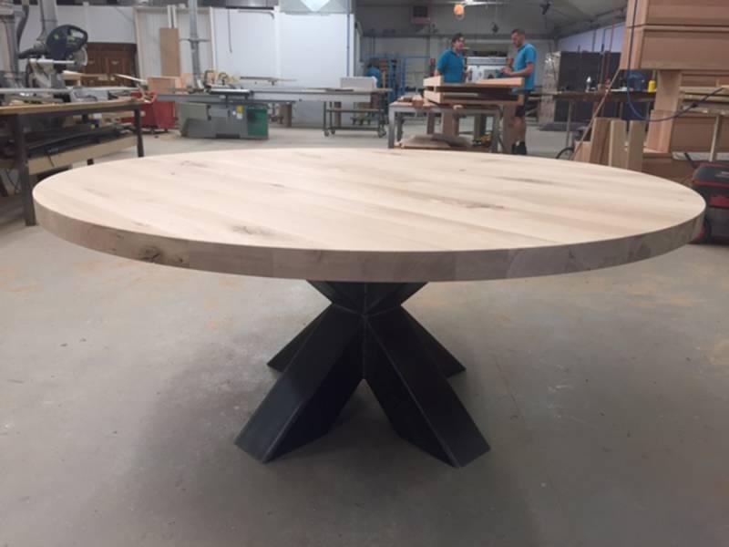 Eettafel rond stoer zwart staal kruispoot eikenhout te boveldt