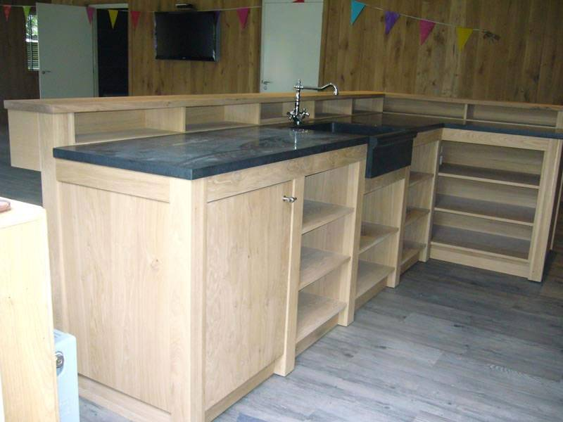 Keuken Met Natuursteen : keuken bar en keuken gemaakt van licht rustiek eiken gecombineerd met
