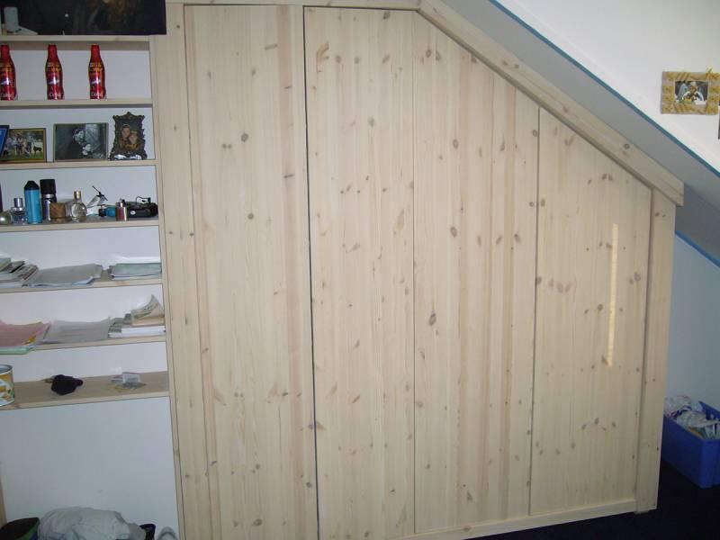 Kledingkast inbouwkast schuine wand grenenhout onbehandeld te