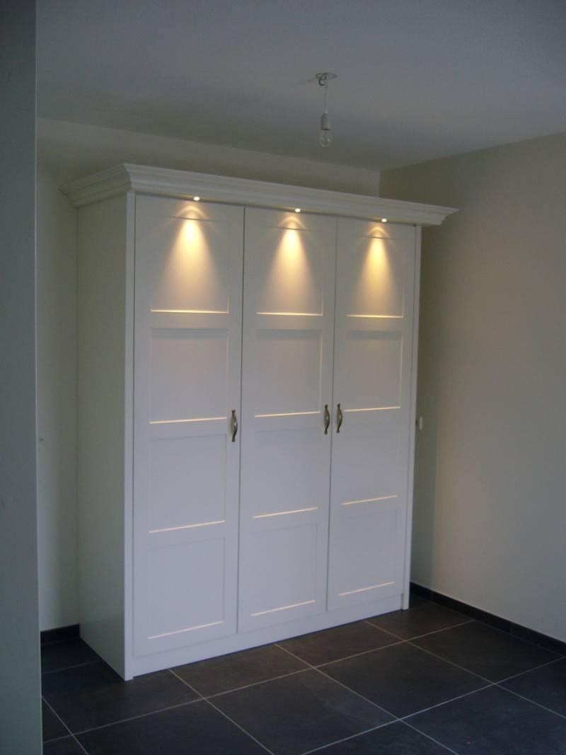 Kledingkast sierlijst paneeldeuren spots zijdeglans wit ral te boveldt meubelmakerij - Kledingkast en dressoir ...