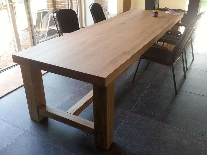 Lange moderne eettafel met tussenbalk te boveldt meubelmakerij interieurbouw - Eettafel moderne ...