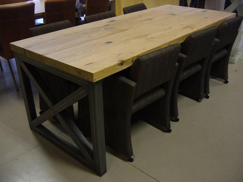 Massief eiken tafel zwart staal jukken te boveldt meubelmakerij
