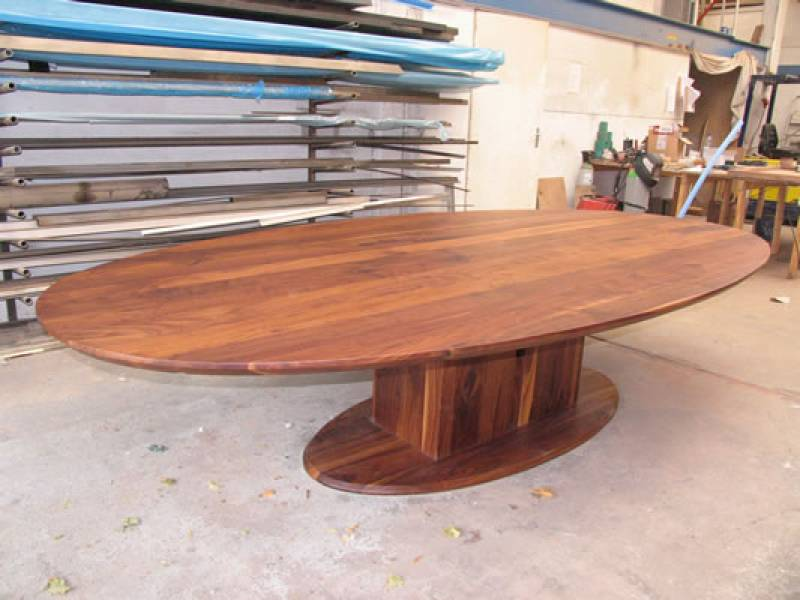 Ovale walnoten tafel met kolomonderstel te boveldt for Tafel ovaal