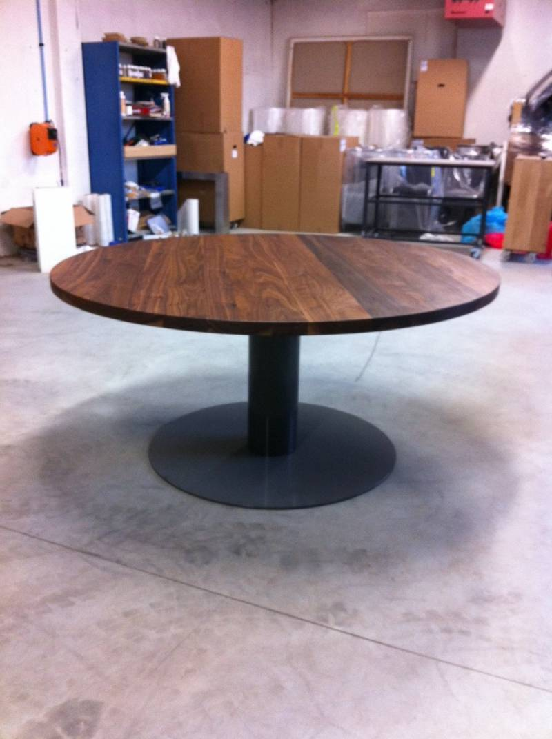 Ronde tafel walnotenhout ronde kolom staal  Te Boveldt Meubelmakerij ...