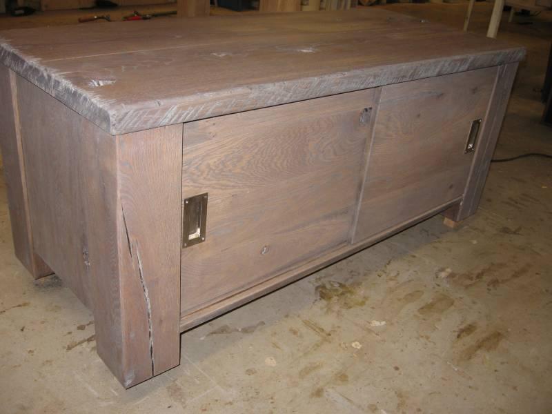 47 . tv meubel robuust eiken tv meubel met schuifdeuren afgewerkt met ...